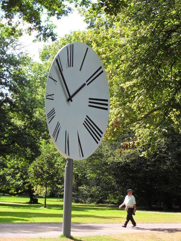 Anri Sala, Clocked Perspective, Installation in der Karlsaue, Foto: Alexandra Matzner.