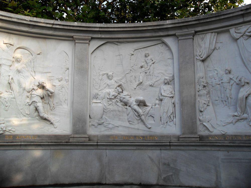 Das Grillparzer-Denkmal im Volksgarten, Reliefs: Die Ahnfrau, Der Traum ein Leben, König Ottokars Glück und Ende © Foto: Alexandra Matzner.