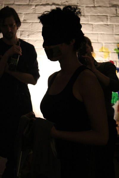 Jasmin Schaitl, Performance zur Eröffnung (Schatten).