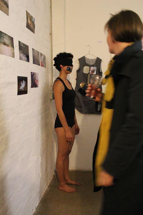 Jasmin Schaitl, Performance zur Eröffnung (Ecke).