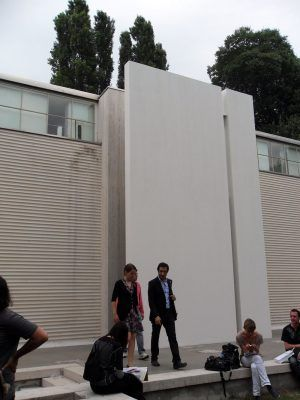 Markus Schinwald, Der verschlossene Eingang des Österreich-Pavillons auf der Biennale von Venedig 2011; Foto: Alexandra Matzner.