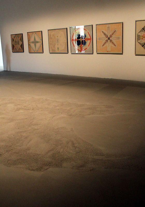 Installation mit Werken von Roger Hiorns (* 1975) und Emma Kunz (1892-1963), Installationsfoto: Alexandra Matzner.
