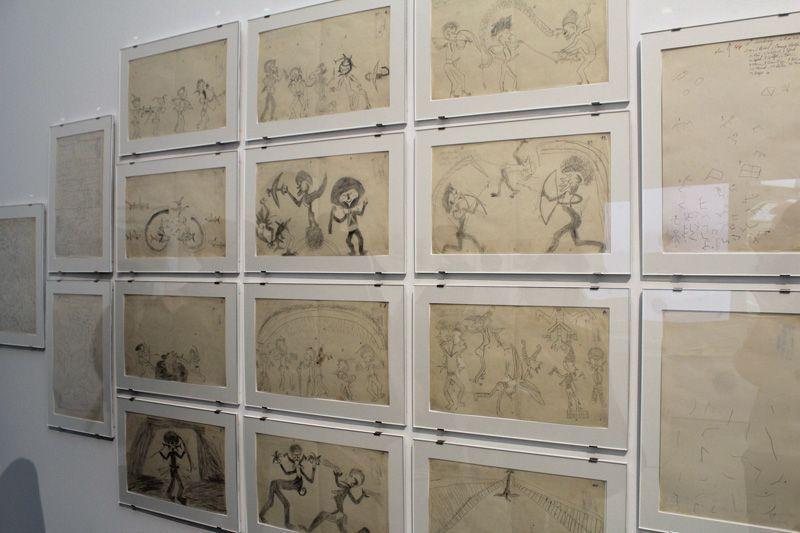 Zeichnungen aus der ethnologischen Sammlung des Wiener Fotografen und Volkskundlers Hugo A. Bernatzik (1897-1953), Installationsfoto: Alexandra Matzner.