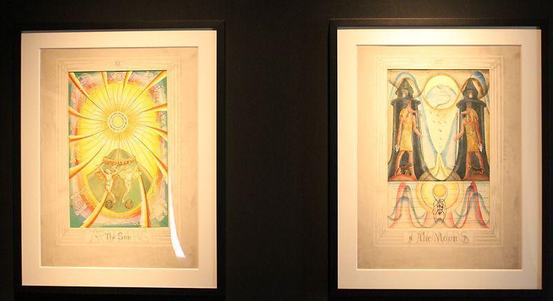 Aleister Crowley (1875-1947) und Frieda Harris (1877-1962), Tarotkarten-Entwürfe, 1938-43, Installationsfoto: Alexandra Matzner.