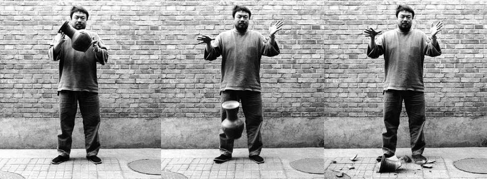 Ai Weiwei, Dropping a Han Dynasty Urn, 1995, Schwarz-weiß Fotografien (Triptychon) (Images courtesy of the artist, Privatsammlung)