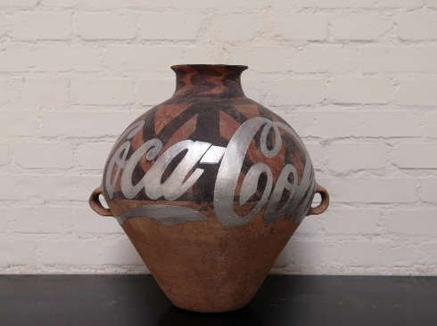Ai Weiwei, Han Dynasty Urn with Coca Cola Logo (silver), 2007, Neolithische Keramikvase, Farbe (Images courtesy of the artist, Privatsammlung)