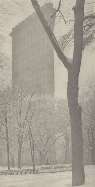 "Alfred Stieglitz, The Flatiron [Das ""Bügeleisengebäude""], 1903 [Abzug 1910 oder früher], Photogravüre (National Gallery of Art, Washington, Alfred Stieglitz Collection, 1949.3.272)"