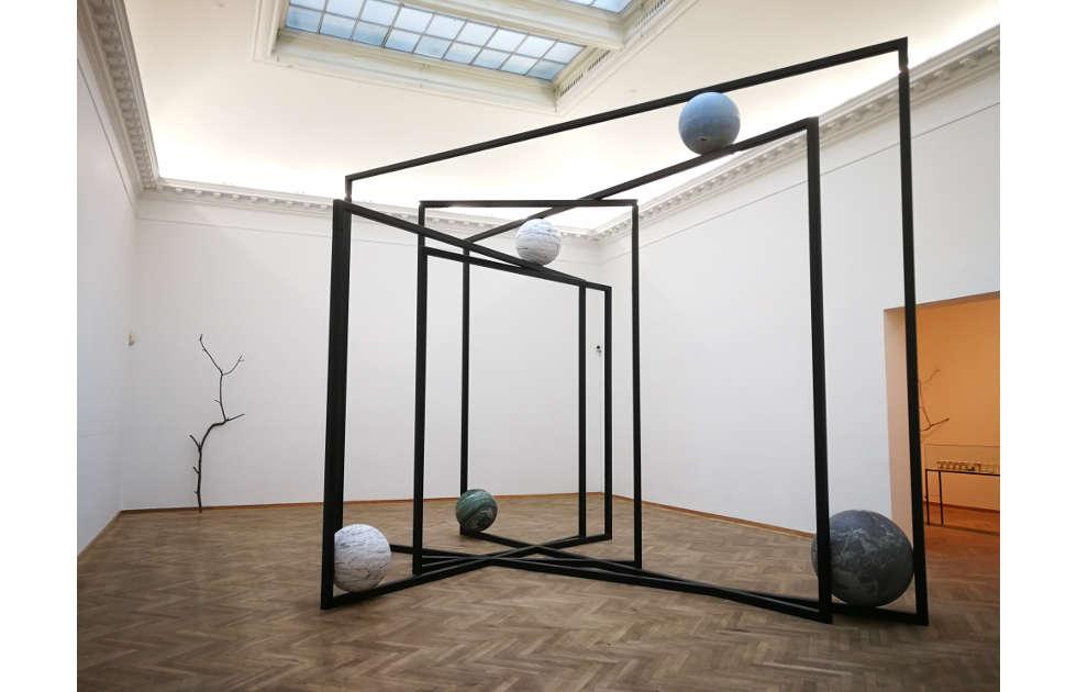 Alicja Kwade, DrehMoment, 2018, Installationsansicht Charlottenborg Kunsthal, Kopenhagen, 2018, Foto: Alexandra Matzner, ARTinWORDS.