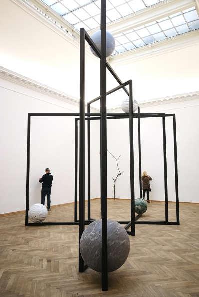 Alicja Kwade, DrehMoment, Seitansicht, 2018, Foto: Alexandra Matzner, ARTinWORDS.