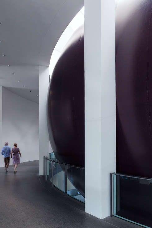 Anish Kapoor, Howl, 2020, PVC, Ausstellungsansicht Pinakothek der Moderne (links), Foto: Johannes Haslinger © Anish Kapoor, DACS/VG Bild-Kunst, Bonn 2020
