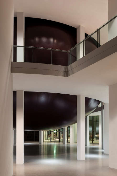 Anish Kapoor, Howl, 2020, PVC, Ausstellungsansicht Pinakothek der Moderne (rechts), Foto: Johannes Haslinger © Anish Kapoor, DACS/VG Bild-Kunst, Bonn 2020