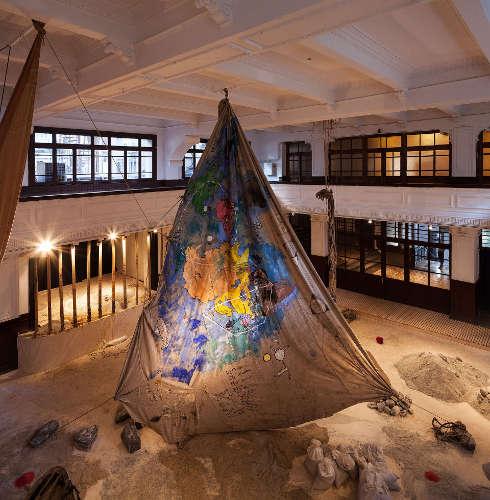 Anna Boghiguian, The Salt Traders [Die Salzhändler], 2015, Ausstellungsansicht 14. Istanbul Biennale 2015, Gesamtdimension variabel (Sammlung Castello di Rivoli Museo d'Arte Contemporanea, Rivoli-Turin, Foto: Sahir Uğur Eren)