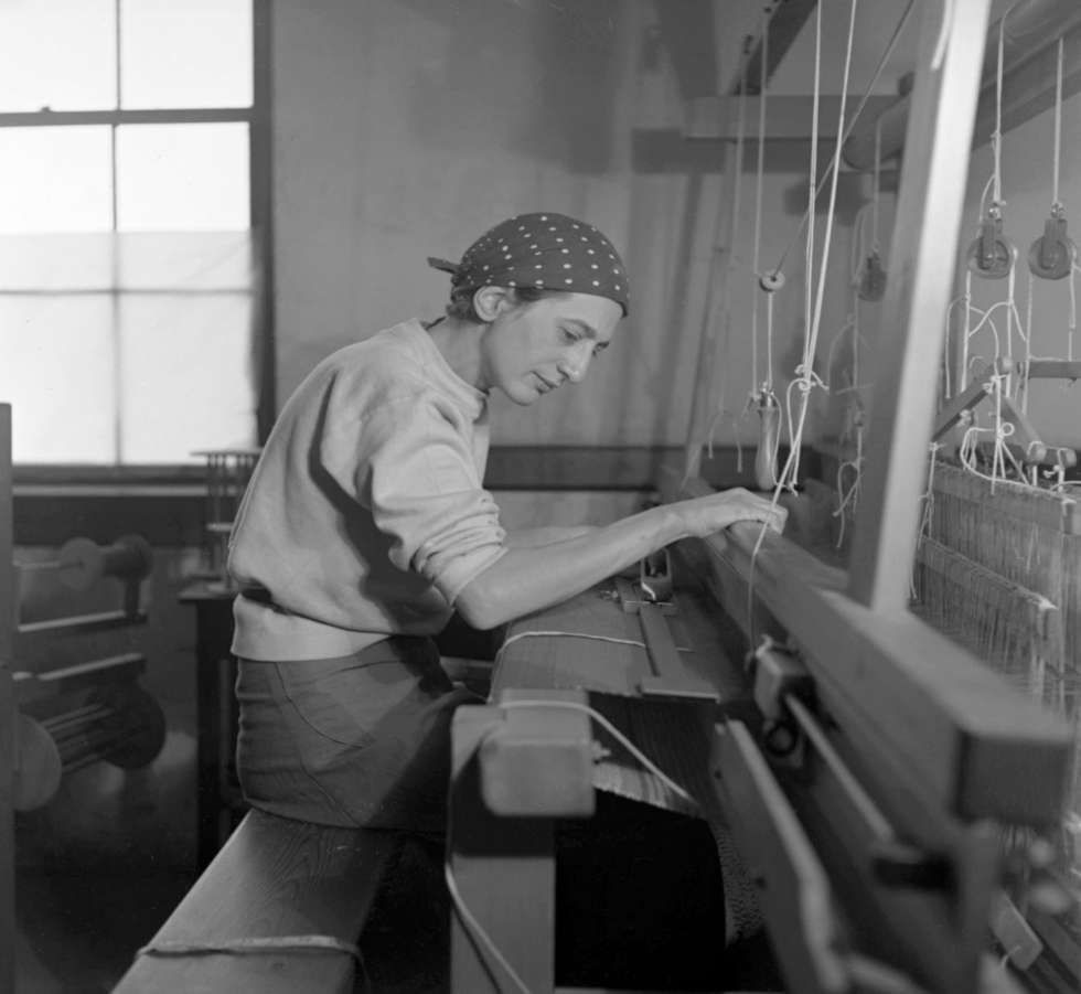 Anni Albers in ihrem Studio im Black Mountain College, 1937, Fotografie von Helen M. Post (Courtesy Western Regional Archives, State Archives of North Carolina, Foto: © Kunstsammlung NRW)