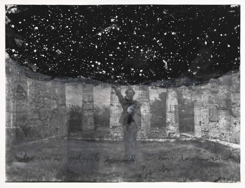 Anselm Kiefer, Über uns der gestirnte Himmel, in uns das moralische Gesetz, 1969–2010 (Foto (SW) auf Papier mit Übermalungen, 63 x 83,2 cm, ARTIST ROOMS National Galleries of Scotland and Ta