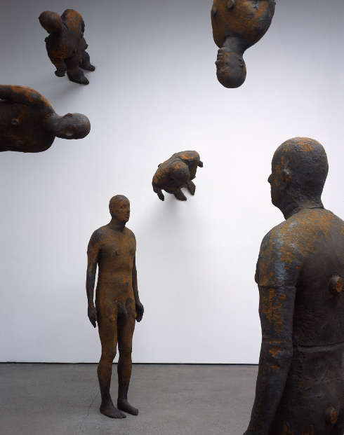 Antony Gormley, Lost Horizon I, 2008, Eisenguss, je 189 x 53 x 29 cm, Installationsansicht White Cube, Mason's Yard, London, England. Courtesy of the Artist and PinchukArtCentre (Kiev, Ukraine) © the Artist. Foto: Stephen White, London