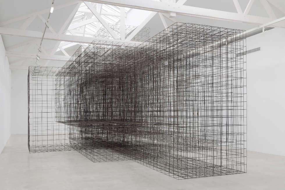 Antony Gormley, Matrix II, 2014, 6 mm Baustahl-Gitter, 550 x 750 x 1500 cm, Installationsansicht Galerie Thaddaeus Ropac, Pantin, France © the artist. Photo: Charles Duprat, Paris