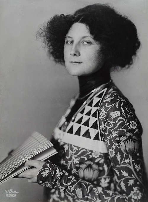 Atelier d'Ora, Die Modeschöpferin Emilie Flöge in einem ihrer Kleider mit den Kolo-Moser-Motiven, 1908, Silbergelatineabzug, 29,6 x 22 cm (© Museum für Kunst und Gewerbe Hamburg)
