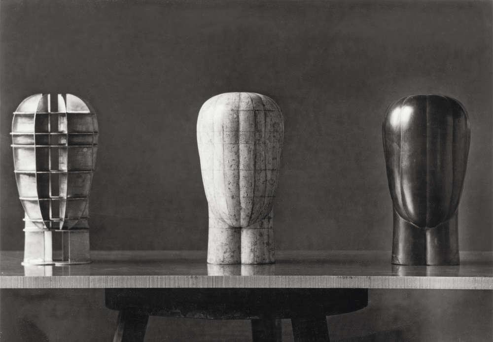 Joannis Avramidis, Kopf IV (3 Stadien), 1959, Aluminiumkonstruktion, Gips auf Aluminiumkonstruktion, Bronze, H: je 30 cm (Akademie der bildenden Künste Wien, Foto: Archiv Joannis Avramidis, Wien).