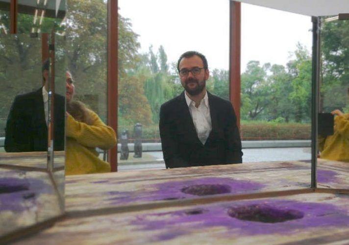 Axel Köhne in der Ausstellung Duett mit Künstler_in im 21er Haus, 2017, Foto: Alexandra Matzner, ARTinWORDS.