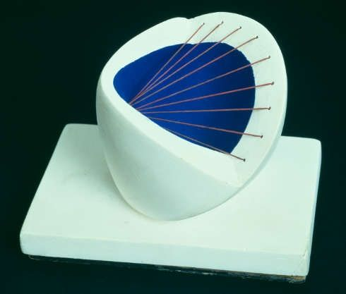 Barbara Hepworth DBE, Sculpture with Colour (Deep Blue and Red), 1940, Gips und Schnur auf Gipssockel, 10,5 × 14,9 × 10,5 cm (© Tate Images credit, © Hepworth / Bowness)