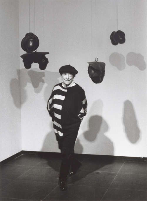 Barbara Klemm, Louise Bourgeois, Frankfurt am Main 1989, Fotografie, eigenhändiger Handabzug auf Barytpapier, 40,5 × 30,5 cm (Sammlung Klöcker, Bad Homburg v. d. Höhe © Barbara Klemm, Foto: Martin Url)