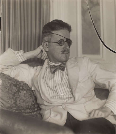 Berenice Abbott, James Joyce, 1926, Silbergelatineprint, 11.1 × 9.7 cm © Berenice Abbott Archive