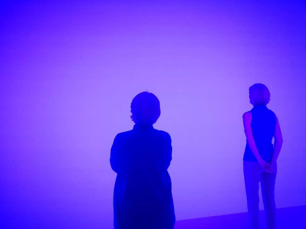 Besucherinnen in James Turrell, Ganzfeld APANI, 2011, Installation, LED, 16 x 12 x 6 m (Installationsansicht: Alexandra Matzner, ARTinWORDS)