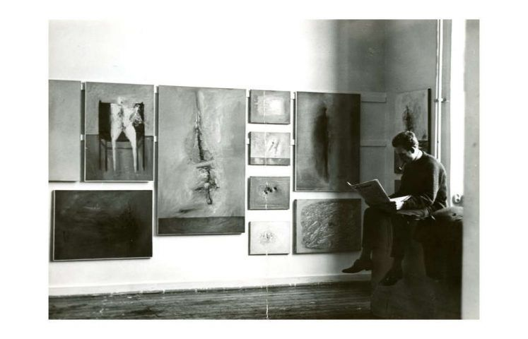 Wand mit Bildern von Gerhard Richter während des Akademierundgangs, Düsseldorf, im Februar 1962 (rechts im Bild Manfred Kuttner)
