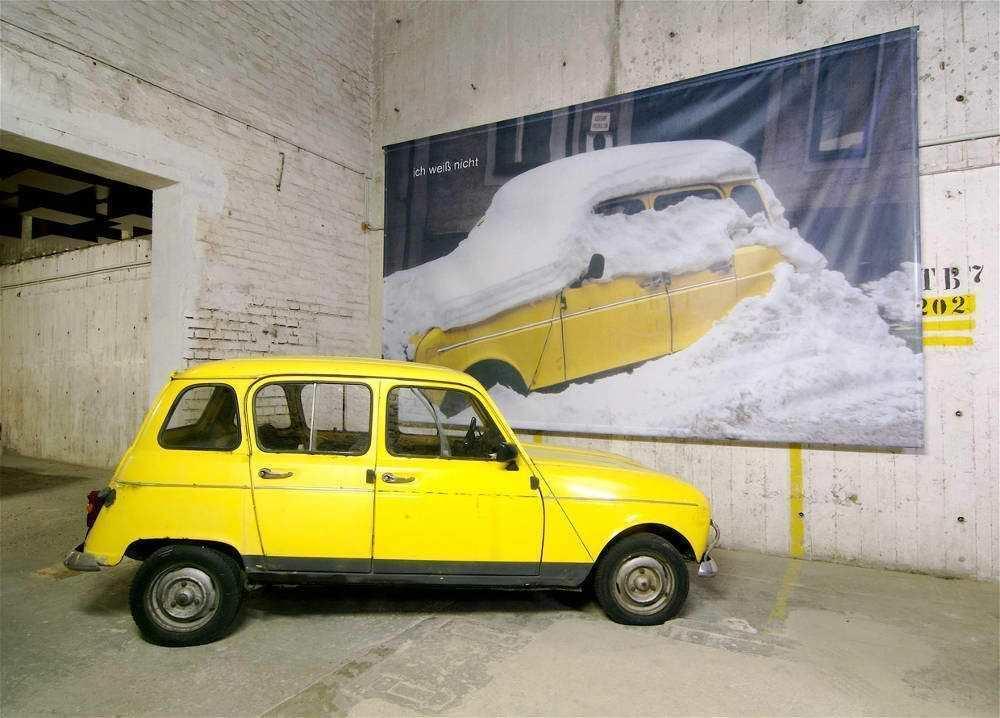 Birgit Jürgenssen, ich weiß nicht, 2001; Farbfotografie auf Leinen, im Vordergrund: Renault 4 © Wolfgang Woessner/MAK