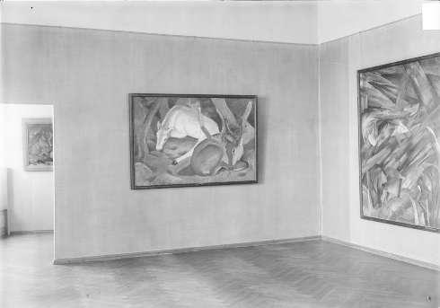Blick in den Kuppelsaal der Moritzburg mit Franz Marcs Gemälden: Eber und Sau (1913), Hirsche im Walde (1911) und Tierschicksale (1913), Fotografie nach 1930, Foto: Kulturstiftung Sachsen-Anhalt