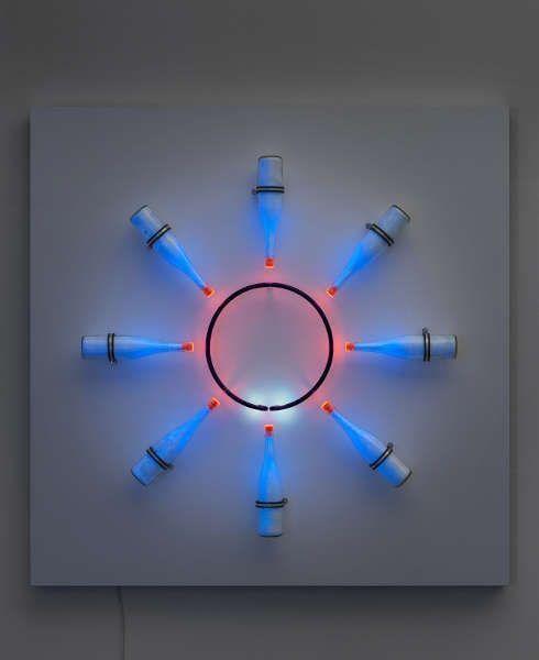 Brigitte Kowanz, 1x8, 1988/2019, Neon, Fluoreszierendes Pigment, Glas, Holz (© Brigitte Kowanz, Foto © Stefan Altenburger)