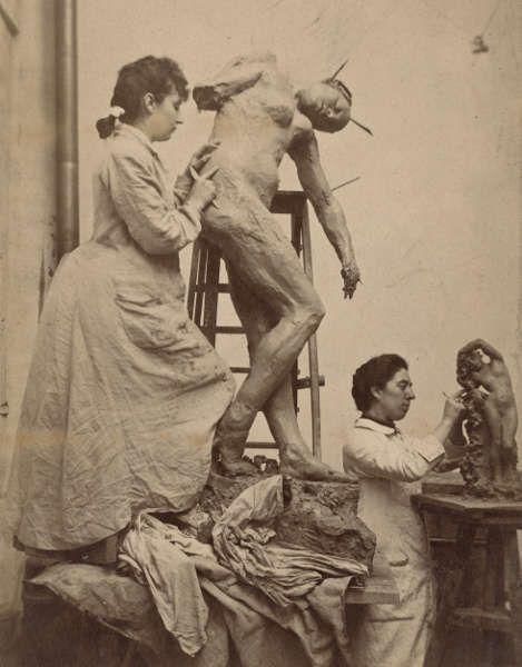 William Elborne, Camile Claudel und ihre Freundin Jessie Lipscombe modellieren im Atelier in der Notre-Dame-des-Champs 117, Paris, 1887 (Musée Rodin, Foto: Jean de Calan)