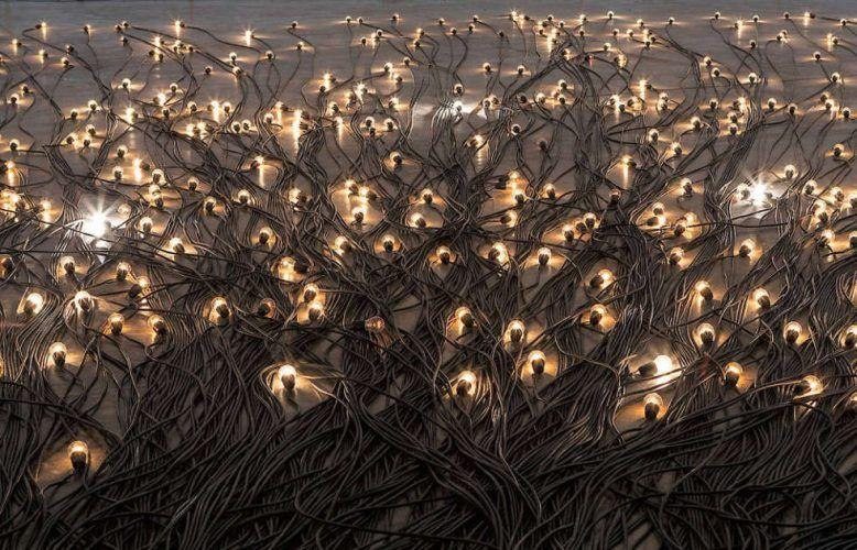 Christian Boltanski, Crépuscule, 2015, Glühbirnen, Fassungen, Elektrokabel, schwarz, variable Abmessungen, Installationsansicht Centre Pompidou 2019 (© Centre Pompidou, Paris)