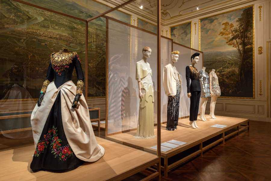 "Christian Lacroix, Hochzeitskleid, 1993, Ausstellungsansicht ""Vulgär?"" © Belvedere, Wien."