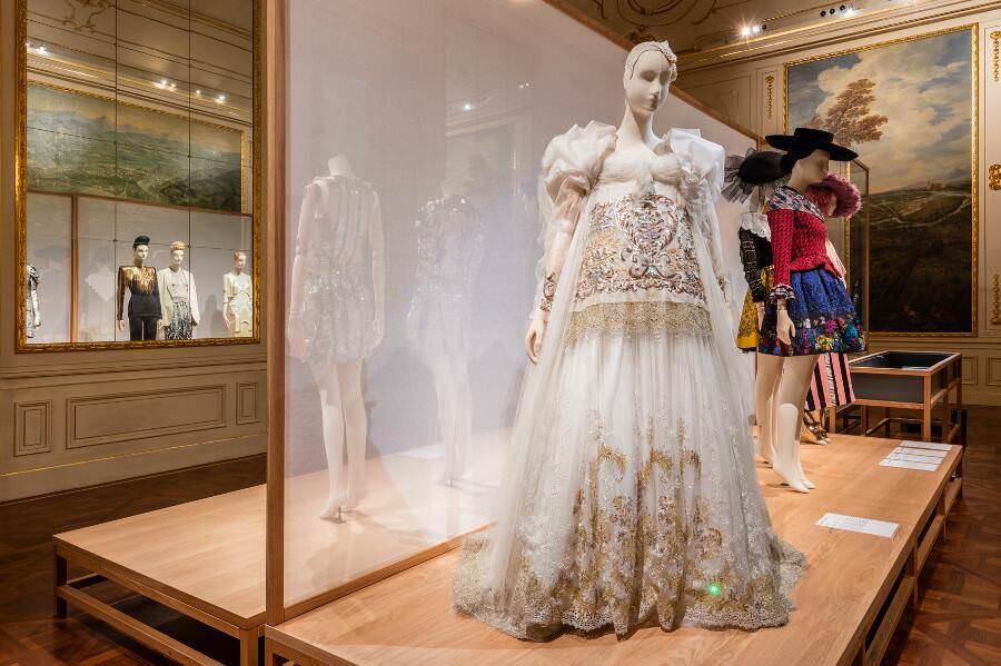 "Christian Lacroix, Hochzeitskleid, 2007, Ausstellungsansicht ""Vulgär?"" © Belvedere, Wien."