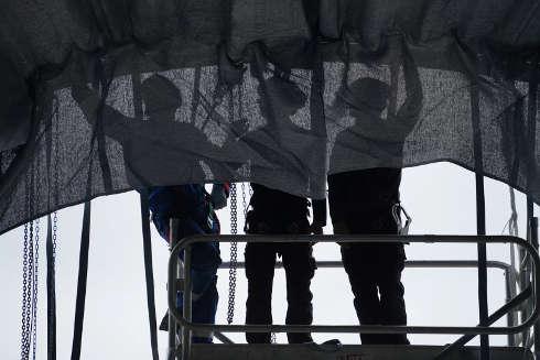 Christo, L'Arc de Triomphe, Wrapped, Paris, Anbringen von Stoffbahnen unter dem großen Gewölbe, 26.8.2021, © 2021 Christo and Jeanne-Claude Foundation, Foto: Wolfgang Volz