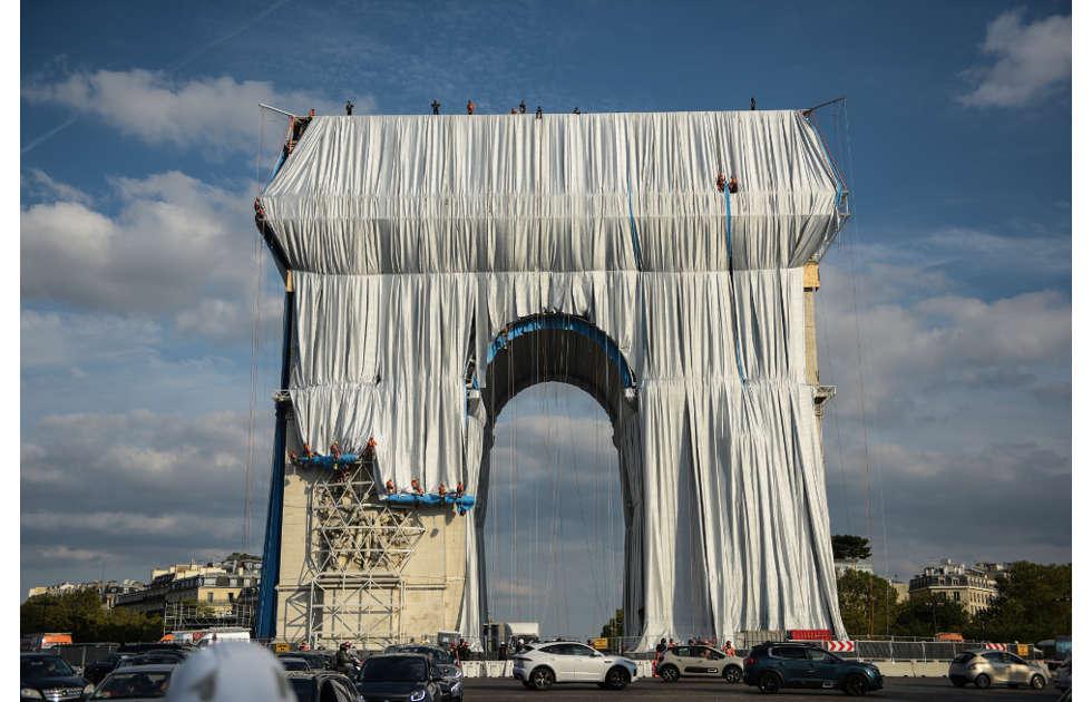 Christo, L'Arc de Triomphe, Wrapped, Paris, Ausrollen der Stoffbahnen, 12.9.2021, Foto: Benjamin Loyseau © 2021 Christo and Jeanne-Claude Foundation