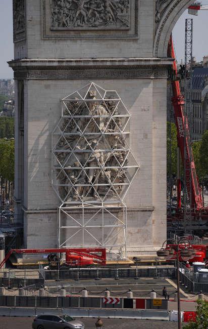 Christo, L'Arc de Triomphe, Wrapped, Paris, Stahlstruktur zum Schutz der Skulpturen, 20.7.2021, © 2021 Christo and Jeanne-Claude Foundation, Foto Wolfgang Volz