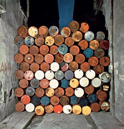 Christo, Mur provisoire de tonneaux métalliques – Le Rideau de fer, rue Visconti, Paris [Temporary Wall of Oil Barrels – The Iron Curtain, rue Visconti, Paris], 27 Juni 1962, © Christo 1962, Foto © Jean-Dominique Lajoux