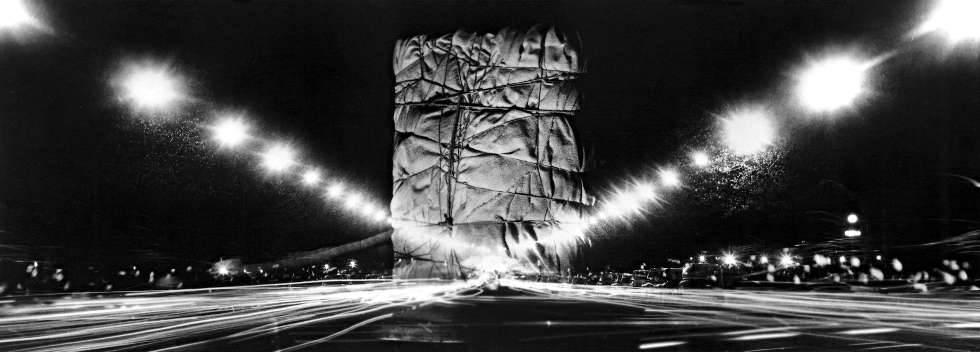 Christo, Wrapped Public Building (Project for Arc de Triomphe, Paris), Fotomontage 1962–1963, 25.2 x 70.8 cm © Property of the Estate of Christo V. Javacheff, Shunk-Kender, Christo and Jeanne-Claude Foundation and J. Paul Getty Trust
