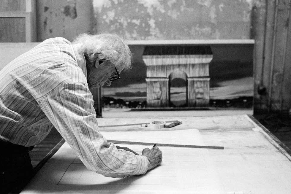 Christo bei der Arbeit an einer Entwurfszeichnung für L'Arc de Triomphe, Wrapped, New York City, 2020 © Christo and Jeanne-Claude Foundation, Foto Anastas Petkov