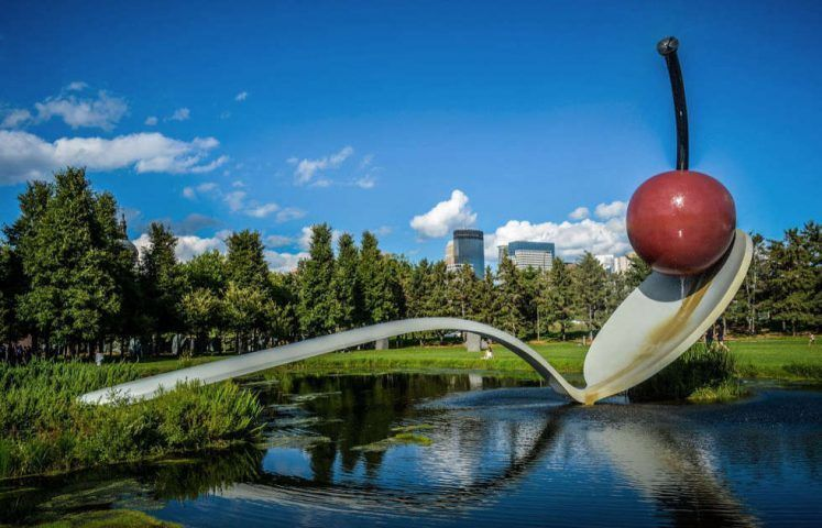 Claes Oldenburg, Coosje van Bruggen, Spoonbridge and Cherry, 1985, Walker Art Center's Minneapolis Sculpture Garden, Minnesota (Foto: m01229, via Flickr)