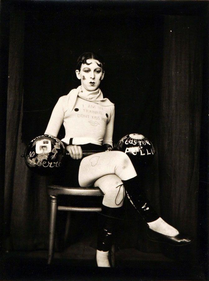 Claude Cahun, Selbstporträt (I am in Training… Don't Kiss Me), um 1927, Vintage-Silbergelatineabzug, 11,7 x 8,9 cm (Privatsammlung, © Claude Cahun)