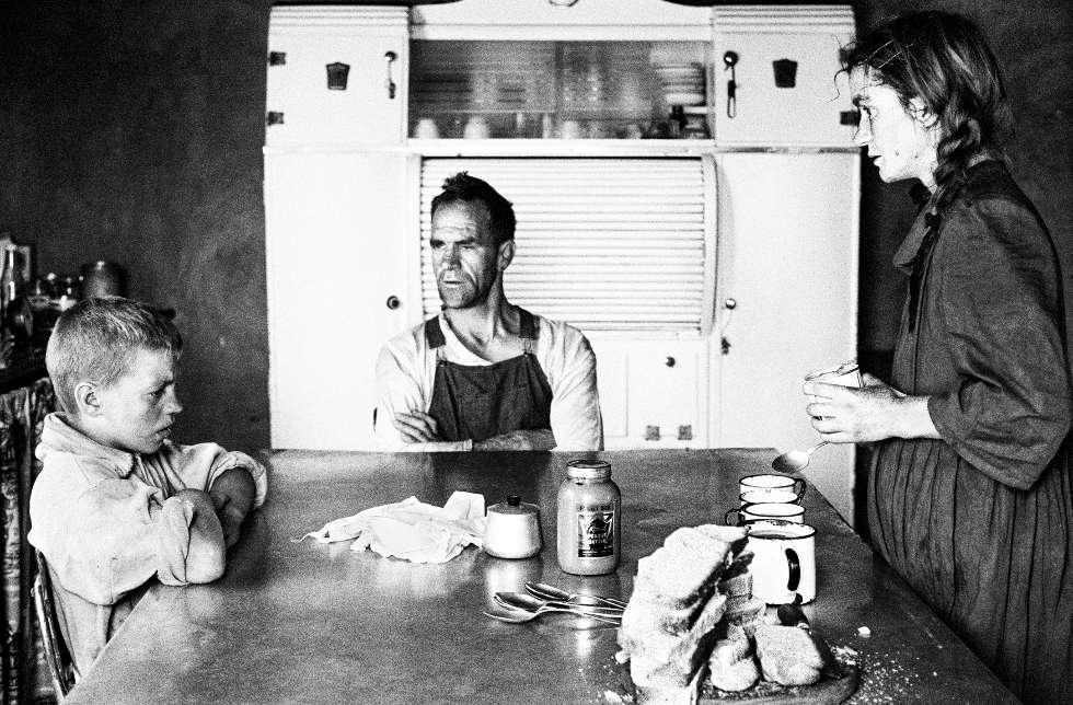David Goldblatt, Petit propriétaire avec sa femme et leur fils aîné, à l'heure du déjeuner, Wheatlets, environs de Retfontein, province de Gauteng, September 1962, Silbergelatineabzug, 33 x 48,5 cm (Courtesy David Goldblatt et Goodman Gallery Johannesburg et Cape Town) © David Goldblatt