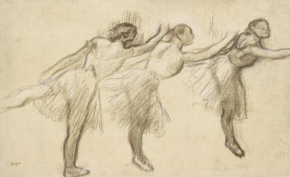 Edgar Degas, Drei Studien einer Ballerina, o. J., Kohle, verwischt und gehöht mit rosa und braunem Pastell auf dünnem, gelblichem, geöltem Papier, auf steifem Papier festgelegt, 39 x 63,8 cm (Ashmolean Museum, Oxford Vermächtnis Mrs W.F.R. Weldon, 1937 Ashmolean Museum, University of Oxford, UK / Bridgeman Images)
