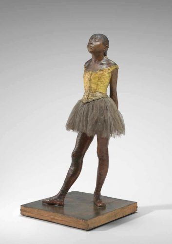Edgar Degas, Kleine Tänzerin im Alter von 14 Jahren, um 1878–1881, rotes Bienenwachs, Ton, Metallarmatur, Seil, Pinsel, menschliches Haar, Seide und Leinenband, Trikot aus Leinen, Baumwolle und Seidentutu, Leinenschuhe, Holzsockel, 98.9 x 34.7 x 35.2 cm (ohne Sockel), Gewicht: 22.226 kg (The National Gallery of Art, Washington, Collection of Mr. and Mrs. Paul Mellon, Inv.-Nr. 1999.80.28)