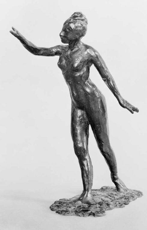 Edgar Degas, Tänzerin, große Arabeske, erste Position, 1882–1895, Bronze, 49 x 38,5 cm (Musée d'Orsay, Paris, erworben durch die Großzügigkeit der Erben des Künstlers und der Gießerei Hébrard, 1931 bpk | RMN - Grand Palais)