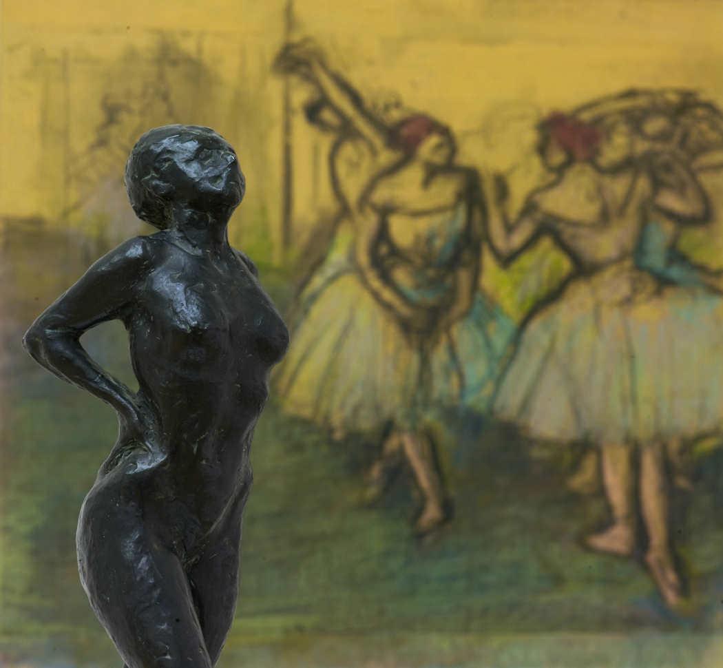 Edgar Degas, Tänzerin in Ruhestellung, um 1882/1885, Bronze, H. 45,5 cm (Von der Heydt-Museum Wuppertal) & Tänzerinnen (im Hintergrund), 1900–1905 (Von der Heydt-Museum Wuppertal Foto: Medienzentrum/Antje Zeis-Loi)