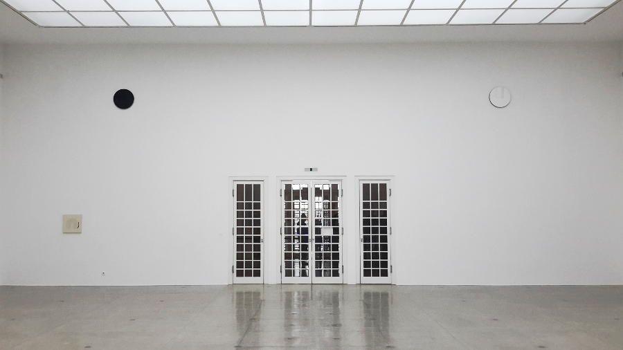 Svenja Deininger, Eingangswand, Echo of a Mirror Fragment, Installationsfoto: Alexandra Matzner, ARTinWORDS.
