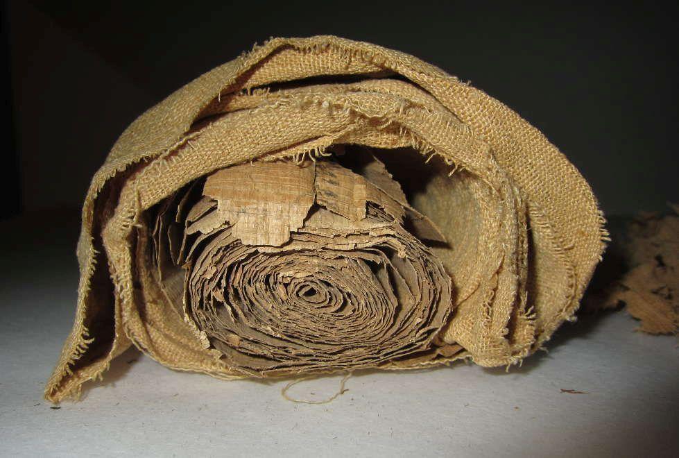 Die in ein Stück Leinen eingewickelte Papyrusrolle aus dem späten Neuen Reich (um 1100 v. Chr.) kurz nach ihrer Entdeckung (Kunsthistorisches Museum Wien, Ägyptisch-Orientalische Sammlung © KHM-Museumsverband)